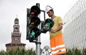 Arrivano i semafori intelligenti per i pedoni distratti da smartphone