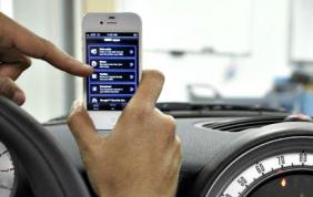 L'auto nuova si cerca  online con lo smartphone