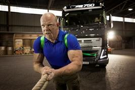 Volvo Trucks e l'uomo più forte del mondo insieme per un trasporto davvero eccezionale