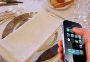 Il galateo si scontra con lo smartphone a tavola