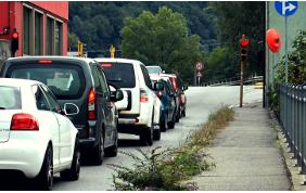 Sorpassare le auto in coda al semaforo è vietato?
