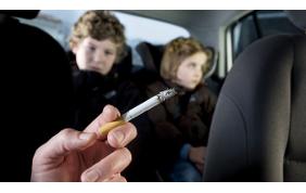Multa fino a 500 euro per chi fuma in auto
