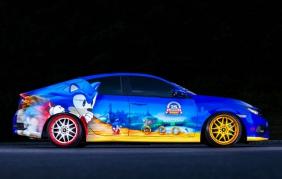 Sonic the Hedgehod a bordo della sua Honda Sonic Civic