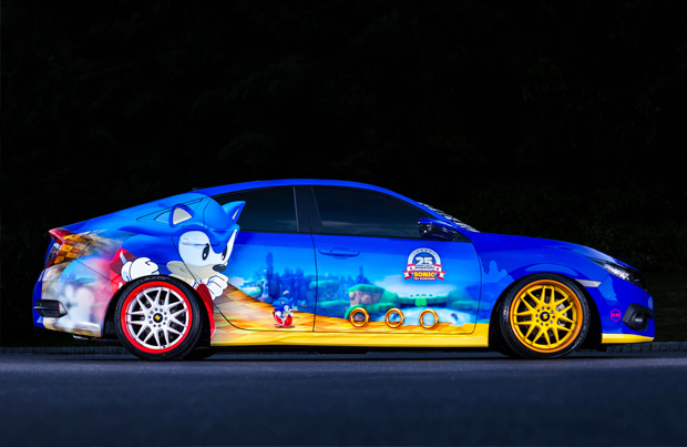 Sonic the Hedgehod a bordo della sua Honda Sonic Civic