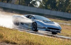 Con le gomme Bridgestone, ritorna su strada la Jaguar XJ220
