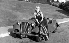 Marilyn Monroe avrebbe avuto 90 anni. Una bellezza disarmante a bordo di un'automobile