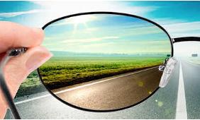 Cerchi degli occhiali da sole perfetti alla guida?