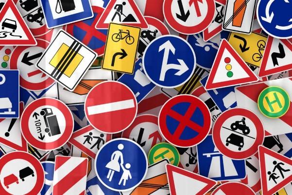 Gli italiani promossi in segnaletica stradale
