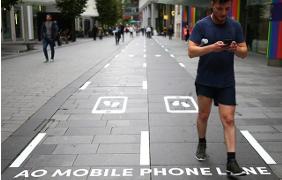 Semafori rasoterra e corsie pedonali per gli smartphonizzati