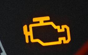 Spia motore: sai cosa fare se si accende?
