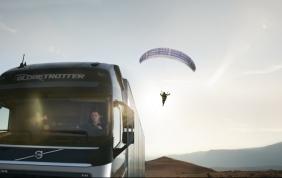 La prima acrobazia al mondo di un camion e un paracadute!