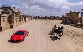 Una Ferrari 458 Italia sfida una biga all'interno di un circo!
