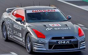 Una Nissan GT-R / C comandata da un joystick