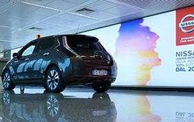 Una Nissan Leaf da dribbling in aeroporto