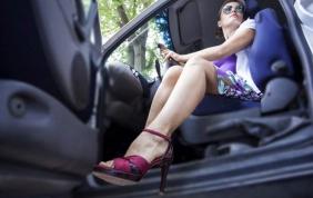 Alla guida con le infradito o con i tacchi alti: è un'infrazione?