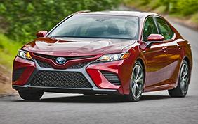 Toyota Camry 2018: sguardo aggressivo e motorizzazione ibrida