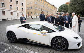 Lamborghini dona una Huracan RWD a Papa Francesco