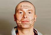 Misure anticrisi: 100 mila euro in palio per tatuare la sua faccia