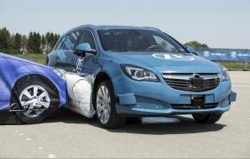 ZF presenta il primo sistema al mondo di airbag laterale esterno pre-crash
