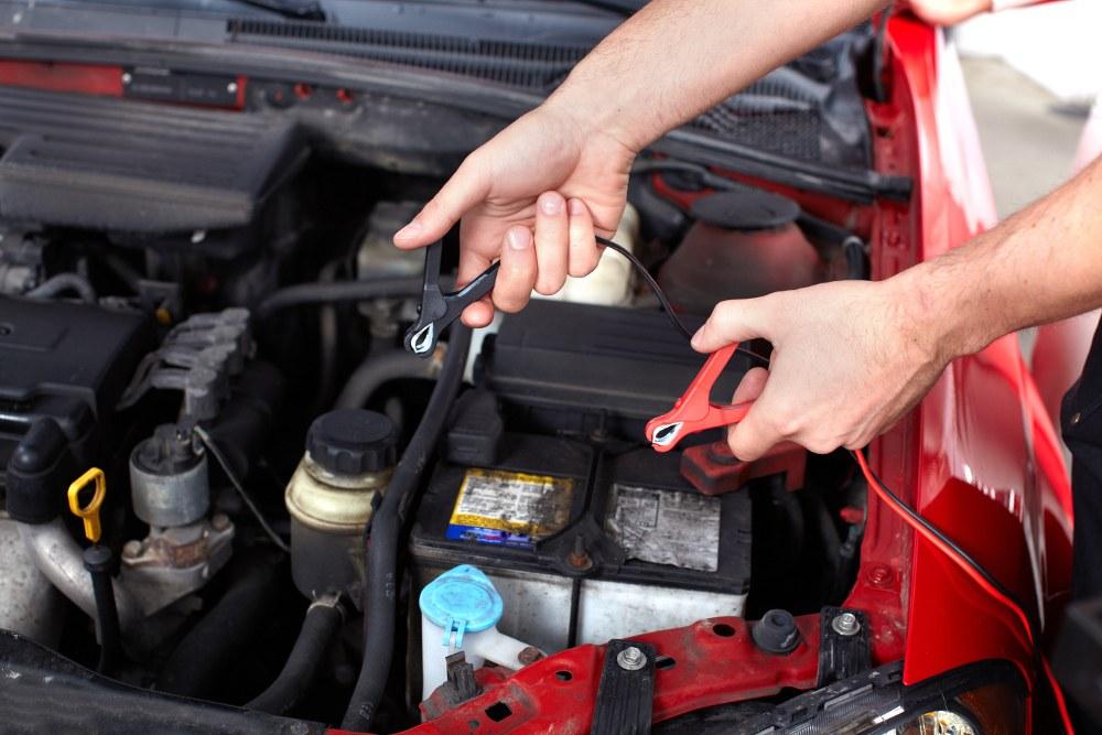 Come collegare i cavi della batteria auto quando è scarica